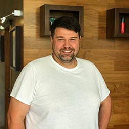 Денис масажист салона красоты Манон